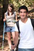 Caminhadas do jovem casal — Foto Stock
