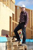 Foreman estaba parado por casa de madera — Foto de Stock