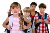 孩子们穿着他们的书包 — 图库照片