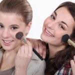 unga kvinnor sätta på smink — Stockfoto