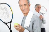 テニスをしている年配のカップル — ストック写真