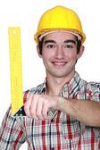 Trabajador de la construcción mantiene un cartabón — Foto de Stock