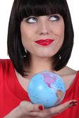 Kvinna i röd hålla planetjorden — Stockfoto