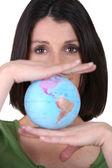 Mujer con un mundo equilibrado entre sus manos — Foto de Stock