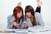 两个年轻妇女一起学习 — 图库照片