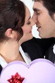 Homme offrant petite amie en forme de coeur boîte de chocolats — Photo