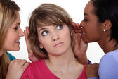 Drie vrouwen roddelen. — Stockfoto