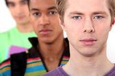Drei männliche studenten standen in einer reihe — Stockfoto