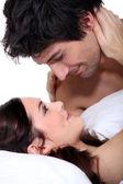 Mann und frau starrt in einander — Stockfoto