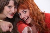 两个女性朋友指着相机. — 图库照片