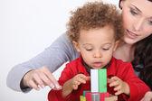 Mãe, brincando com seu filho adotado. — Foto Stock