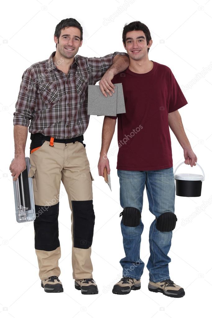 Due uomini preparando per piastrelle bagno — foto stock ...