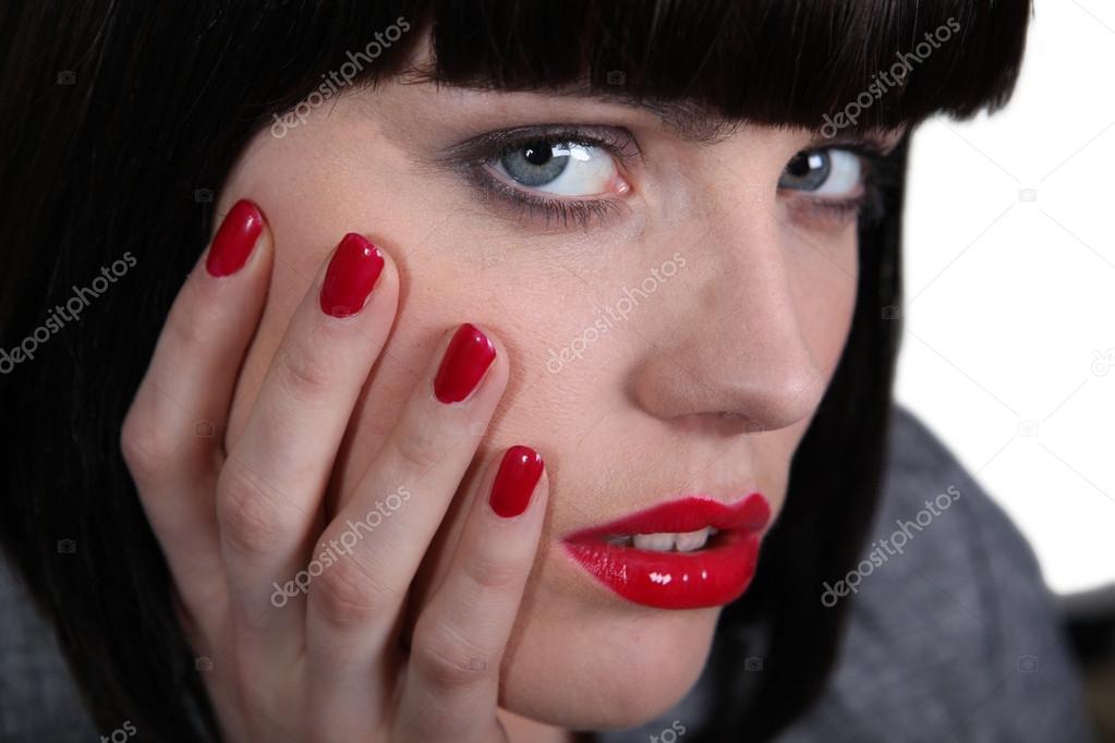 Женщины с накрашенными ногтями