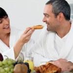 Пара занимается завтрак у себя дома — Стоковое фото
