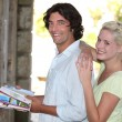 Couple reading a tourism guide — Stockfoto