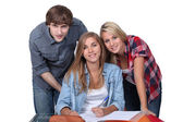 Students working together at a desk — Stockfoto