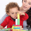 Woman and child playing with building blocks — Foto Stock