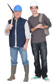 Tradesman standing next to apprentice — Stock Photo