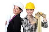 Arquitecto femenino estaba parado con mujer carpintero — Foto de Stock