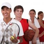 quatre adolescents habillés pour différents sports — Photo