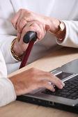 Mãos de mulheres velhas segurando uma bengala e uma mão máscula e digitando em um teclado — Fotografia Stock