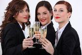 Drei geschäftsfrauen champagner trinken — Stockfoto