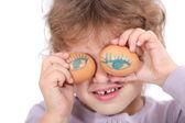 Süslü yumurta ile kız — Stok fotoğraf