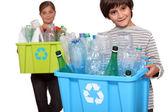 дети, утилизации пластиковых бутылок — Стоковое фото