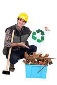 Porträtt av snickare visar återvinning logotyp — Stockfoto
