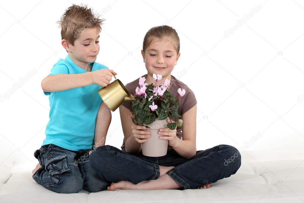 картинки дети поливают цветы: