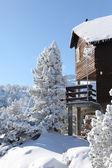 Kar kaplı dağ evi — Stok fotoğraf