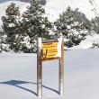 karlı dağda uyarı işareti — Stok fotoğraf
