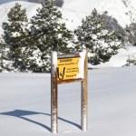 Warning sign on snowy mountain — Stock Photo