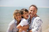 Szczęśliwa rodzina na plaży — Zdjęcie stockowe