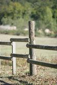 Hölzerne eingezäunten Feld — Stockfoto