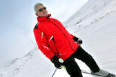Starszy człowiek na nartach — Zdjęcie stockowe