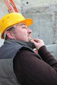 Travailleur, caressant son menton — Photo