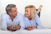пара, смотрящая телевизор — Стоковое фото