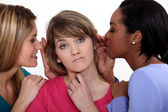Girls gossiping — Stockfoto