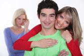 Kvinna avundsjuk på par — Stockfoto