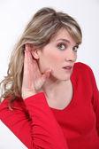 женщина, напрягая слышать — Стоковое фото