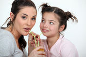 Matka i córka dzielenie na drinka — Zdjęcie stockowe