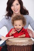 Petit garçon et mère jouant bongo tambour — Photo