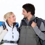 キットが付いているカップルのハイキング — ストック写真