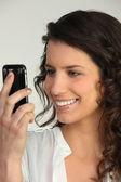 Cute brunette heureux de recevoir des sms — Photo