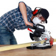 Foto Stock: Carpenter using circular saw