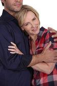 Donna abbracciando il suo partner — Foto Stock