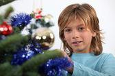 Garçon prépubère, décorer un sapin de Noël — Photo