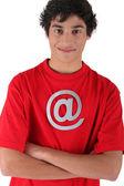 Muchacho con el símbolo rojo camisa e internet — Foto de Stock