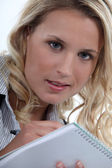 Chętny młody blond notatek — Zdjęcie stockowe